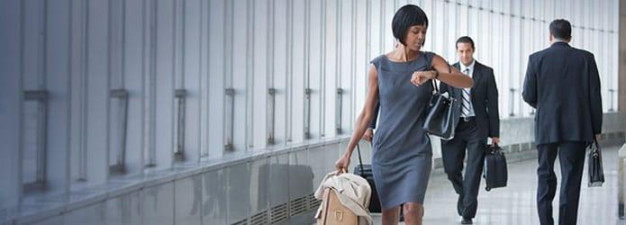 Hombre empujando portaequipaje en la terminal